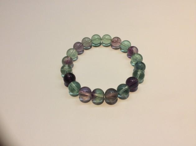 トルマリンついで多彩な色を持つ石です。 色合いは、無色、黄色、緑、青、紫、ピンク色、などです。