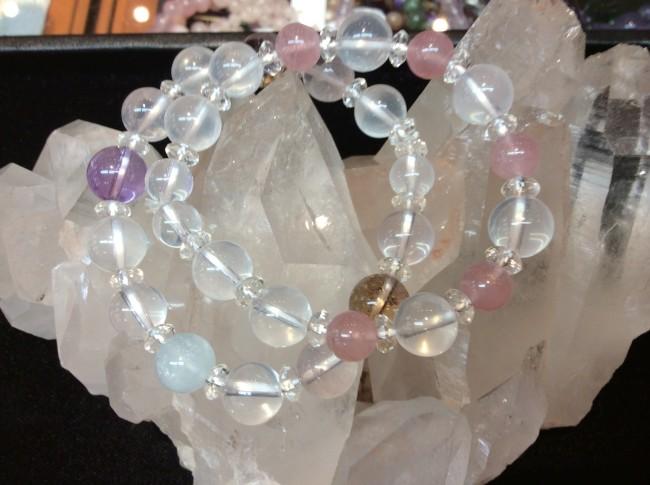 ミルキークオーツは女性に大変人気のある石の一つです。女性的で愛情面に強い力を発揮させてくれるとも言われております。水晶に含まれるアルミニウムの影響により白っぽく色ついた水晶です。